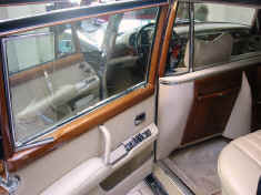 mercedes_600_navy-blue_rear_open_door.jpg (241449 octets)